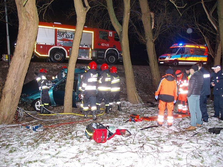 Poważny wypadek. Auto wypadło z drogi i uderzyło w drzewo.