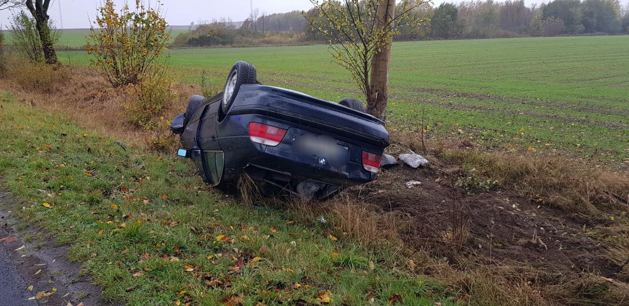 Dachowanie BMW pod Białogardem - 18 latka za kierownicą.