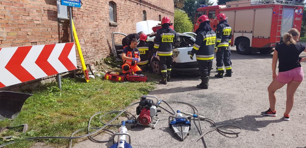 Poważny wypadek pod Białogardem - Seat z impetem uderzył w ścianę!