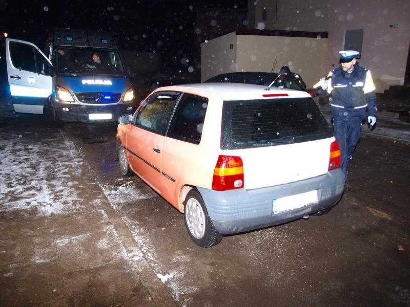 Kierowca z sądowym zakazem oraz narkotykami wpadł w ręce mundurowych.