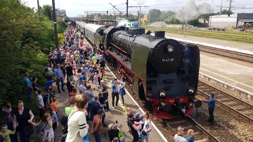 Przejazd pociągu PIRAT przez Białogard - Międzynarodowy Dzień Dziecka.