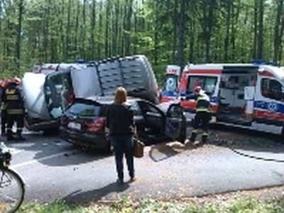 Karetka zderzyła się z dwoma autami.