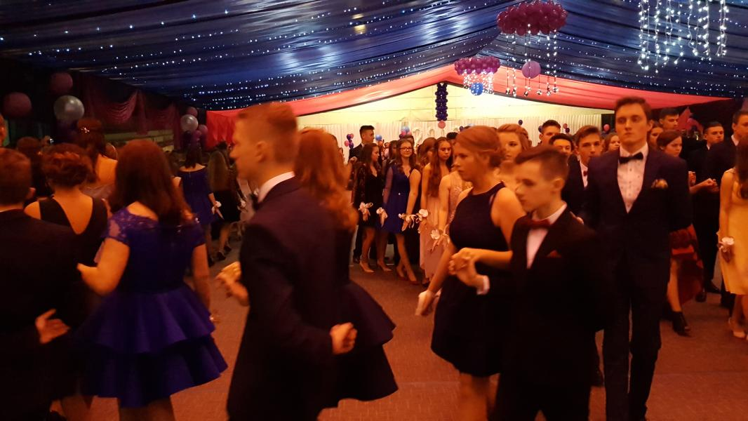 Bal Szkolny 2019 - szkolna zabawa i Polonez w wykonaniu klas gimnazjalnych.  Duża porcja zdjęć z tego wydarzenia!