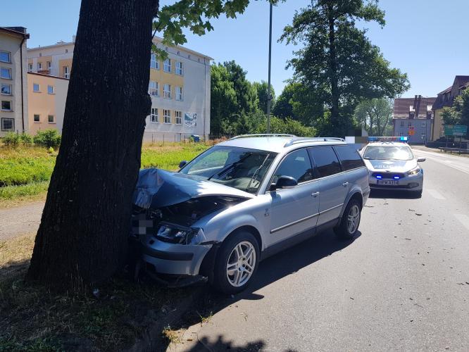 Volkswagen passat uderzył w drzewo.