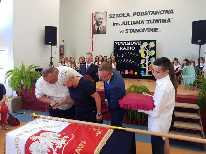 Szkoła podstawowa w Stanominie ma już swojego patrona! Fotorelacja z uroczystości.