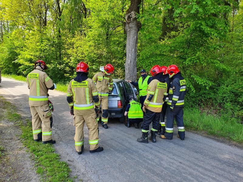 Wypadek pod Białogardem - kierowca Daewoo uderzył w drzewo.