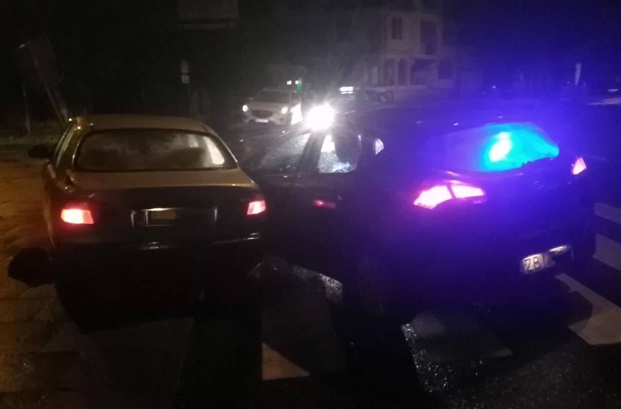 Radiowóz policyjny rozbity w pościgu.