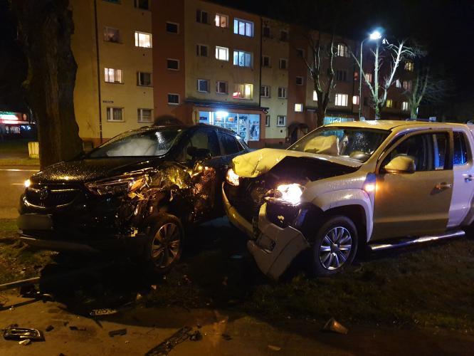 Kolizja w centrum Białogardu - zderzyły się dwa auta osobowe.