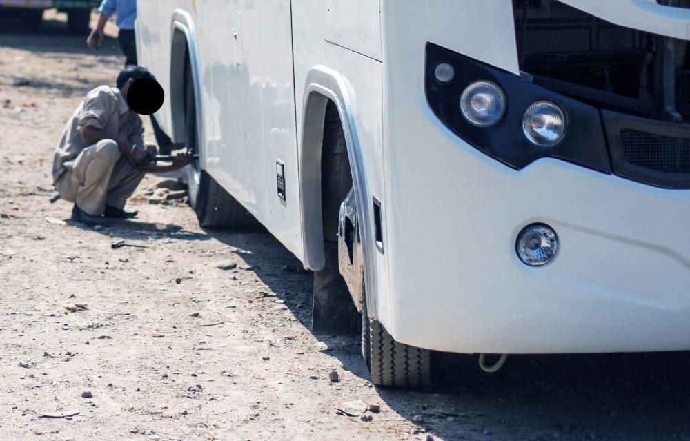 Policjanci nie dopuścili do tragedii - Kierowca niesprawnego autokaru wiózł 44 osoby!