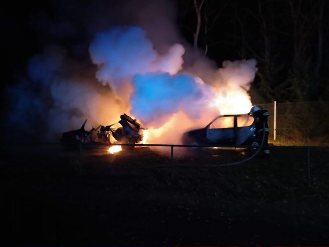 Nocny pożar w Tychowie - spłonęły dwa auta.