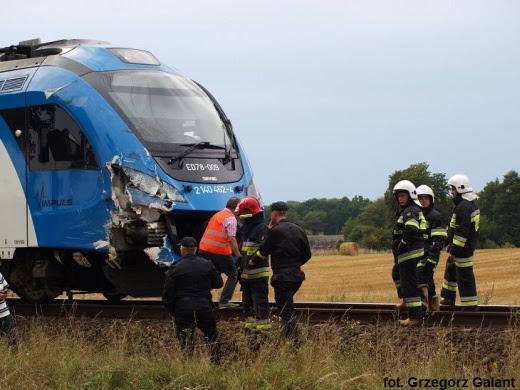 Pociąg osobowy uderzył w ciężarówkę.