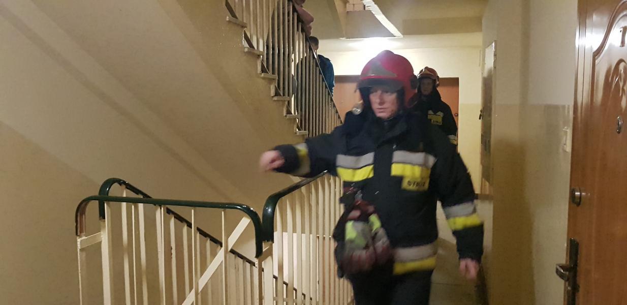 Wyciek gazu w bloku mieszkalnym postawił na nogi służby ratownicze oraz mieszkańców .
