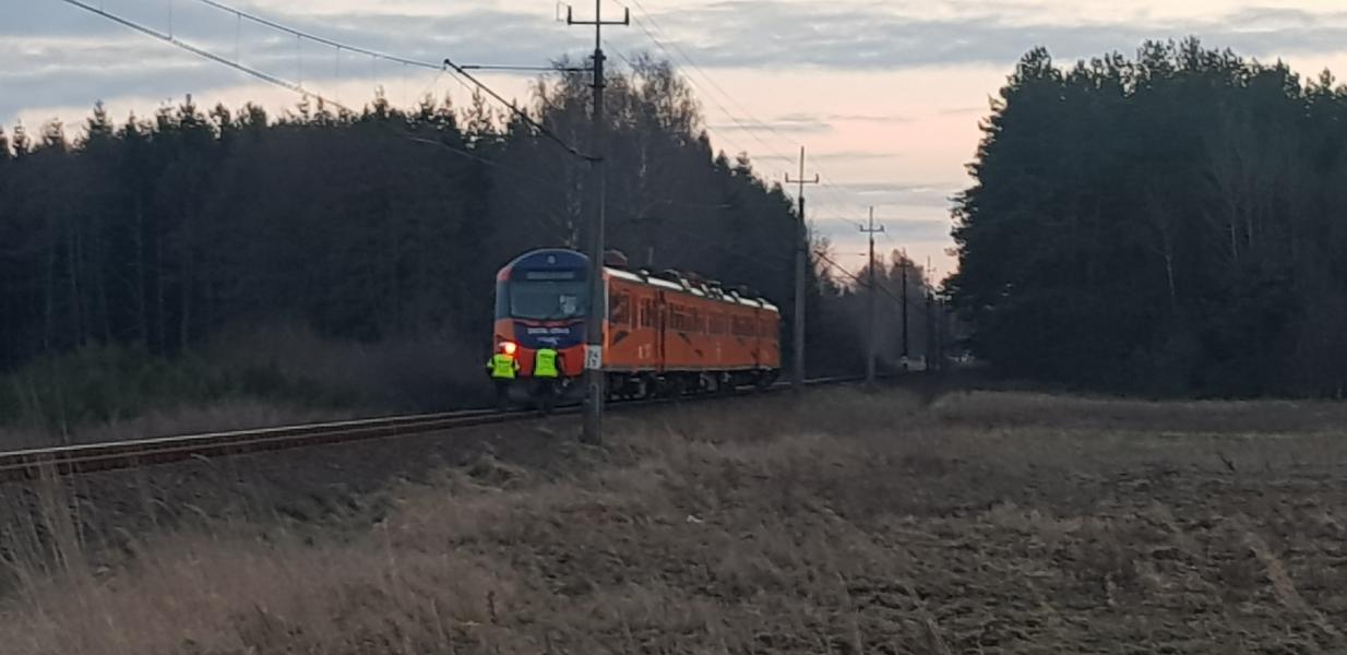 Zderzenie Opla z pociągiem na niestrzeżonym przejeździe kolejowym pod Karlinem
