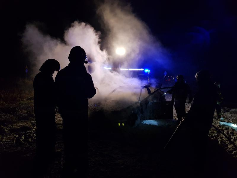 Auto błyskawicznie stanęło w płomieniach.