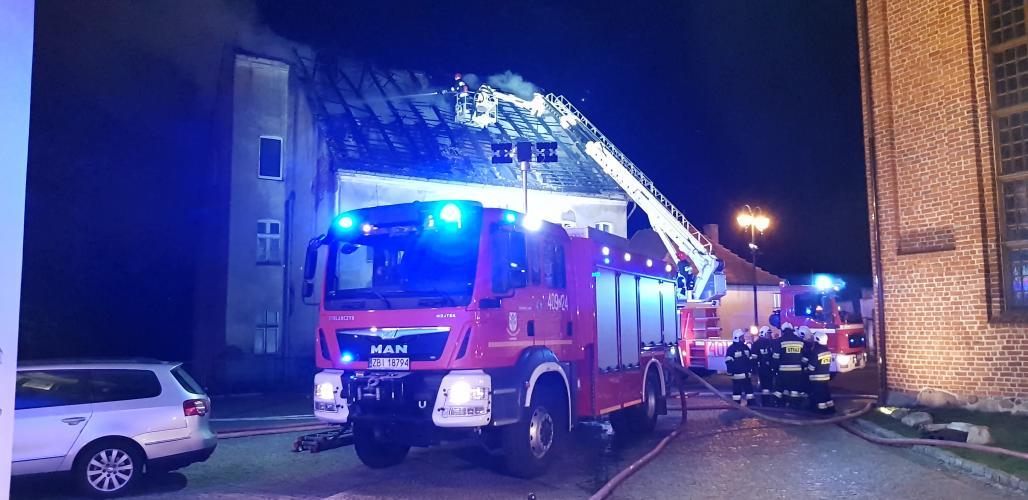 Pożar domu w Karlinie - ewakuowano dwie osoby.