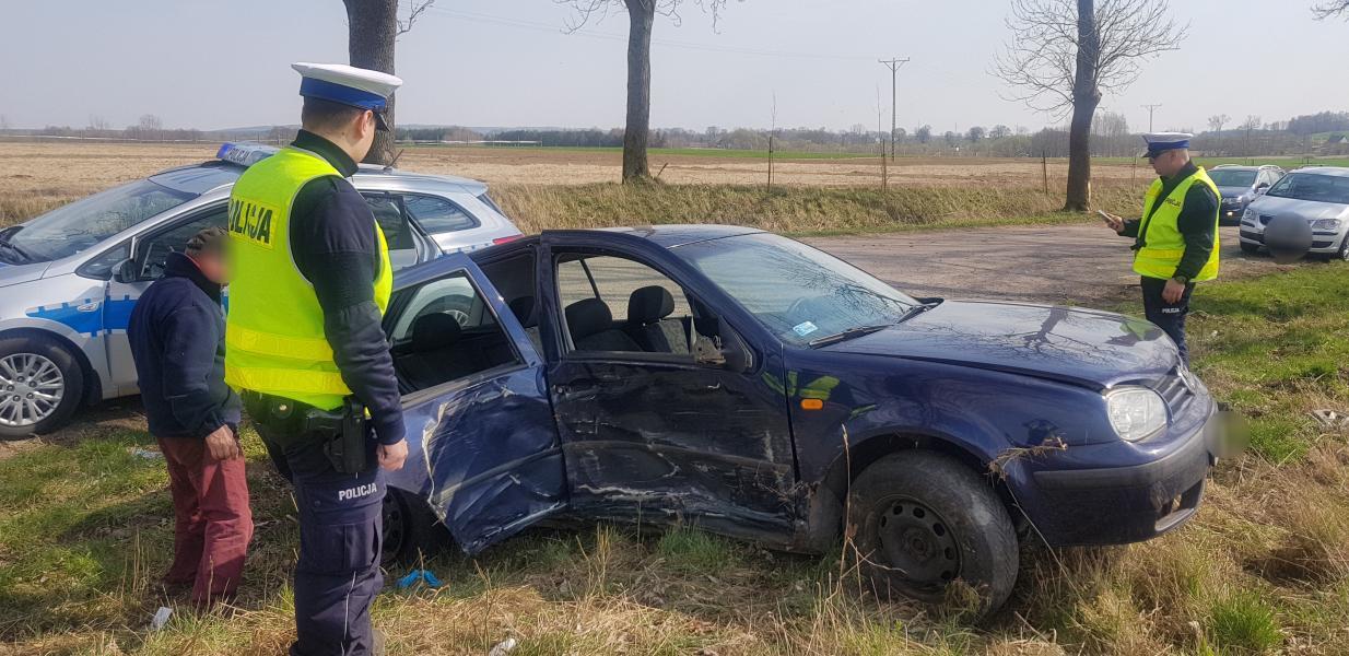Wypadek pod Białogardem - kompletnie pijani uderzyli w drzewo. ZDJĘCIA