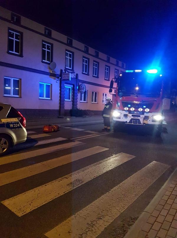 Wypadek w Tychowie - młoda kobieta uderzyła autem w schody.
