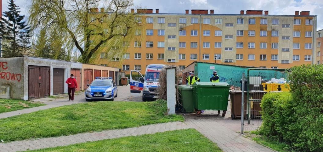 Mieszkanka Białogardu przeżyła szok znajdując ciało mężczyzny na śmietniku.