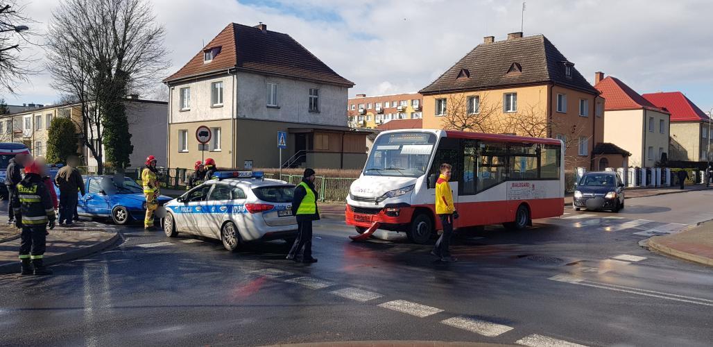 Zderzenie auta osobowego z autobusem komunikacji miejskiej w centrum Białogardu.  Jedna osoba ranna.