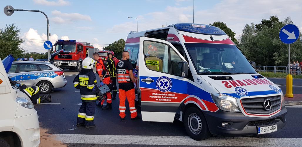 Wypadek na obwodnicy Karlina - zderzenie trzech pojazdów. W akcji śmigłowiec LPR.