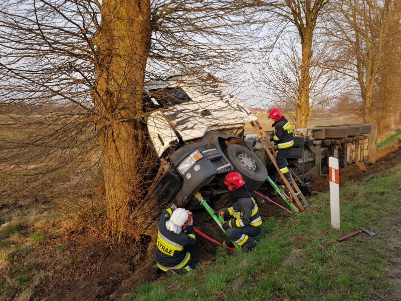 Wypadek pod Białogardem - Tir wpadł do rowu i uderzył w drzewo!