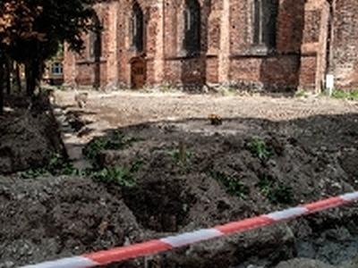 Ludzkie szczątki koło kościoła