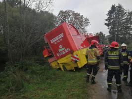 Ciągnik z maszyną rolniczą zawisł na moście! ZDJĘCIA