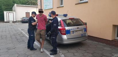 Uciekał przed policją  - rozbił auto i wpadł.