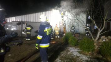 Pożar w hali pod Karlinem - na miejscu pięć zastępów straży pożarnej.