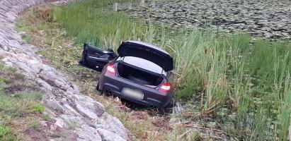 Chciał uniknąć czołowego zderzenia - BMW wpadło do stawu!